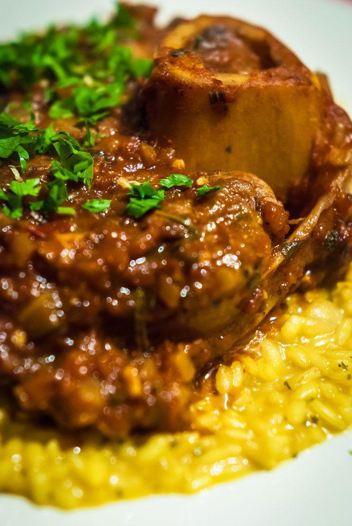 L'osso buco à la milanaise, un plat de viande au goût fort et au parfum enivrant, est un élément incontournable de la cuisine de Lombardie. Découvrez la recette.