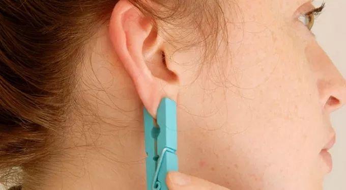 Perché mettere una molletta sull'orecchio? Ecco un rimedio a tutti i dolori!