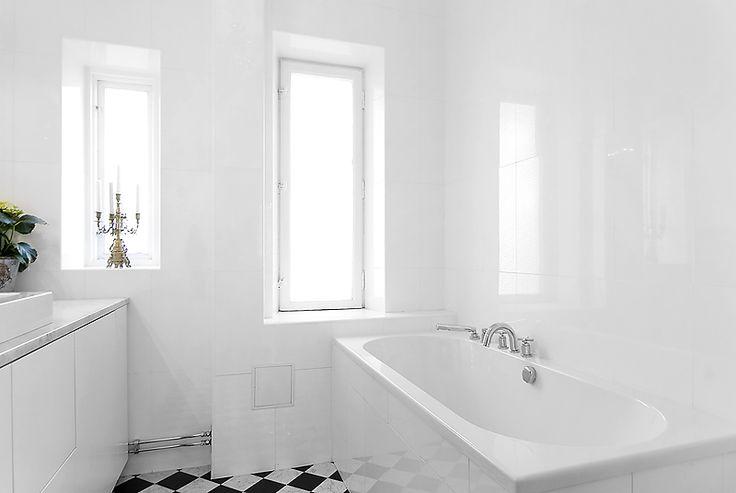 Inkaklat badkar och bra bänklösning