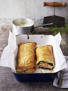 Il salmone in crosta di sfoglia: in un guscio di pasta sfoglia è racchiusa una farcia di spinaci e salmone: scopri la ricetta.