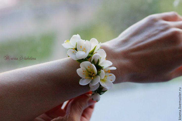 Купить Браслет, бутоньерка на руку с цветами - белый, браслет с цветами, бутоньерка свадебная, бутоньерка на руку