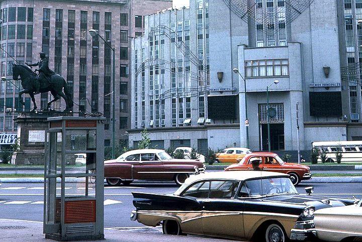 El Caballito (Estatua de Carlos IV), frente al edificio de la Lotería Nacional a princios de los 60s.