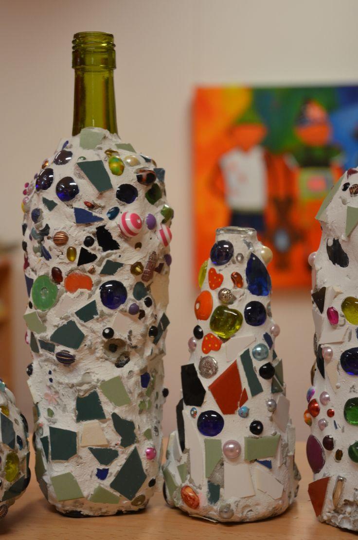 flessen versierd met klei en kralen