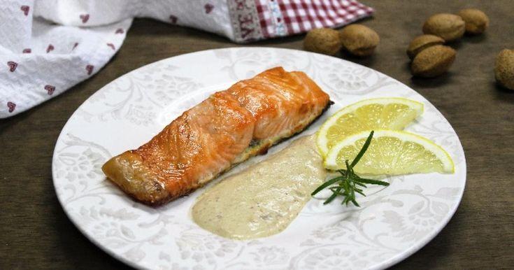 El *salmón* es uno de los pescados que más juego nos dan en la cocina, nos permite infinidad de elaboraciones, desde pasteles o ensaladas hasta deliciosos asados y marinados entre otros platos. Hoy he querido prepararlo de una forma muy sencilla, simplemente *al horno con un poco de sal y pimienta*, y para dar gracia al plato, una *salsa de almendras* que combinada con el pescado es un bocado exquisito.El salmón es *rico en omega-3*, un ácido graso que contribuye a disminuir los niveles de…
