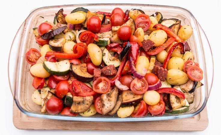 Deze Spaanse ovenschotel met chorizo heb je in een handomdraai gemaakt en is vol van smaak. Je hoeft eigenlijk alleen wat snijwerk te doen en dan doet de oven de rest!