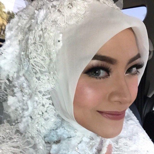 i trusted @meichristanto to beat my face on my wedding day, it stayed like this til the end of the day. padahal kena panas, air mata, dicium2 si jenggot. tahan lama tanpa membuatku terlihat sperti adonan mendoan. #mua #muajakarta #makeup #weddingmakeup