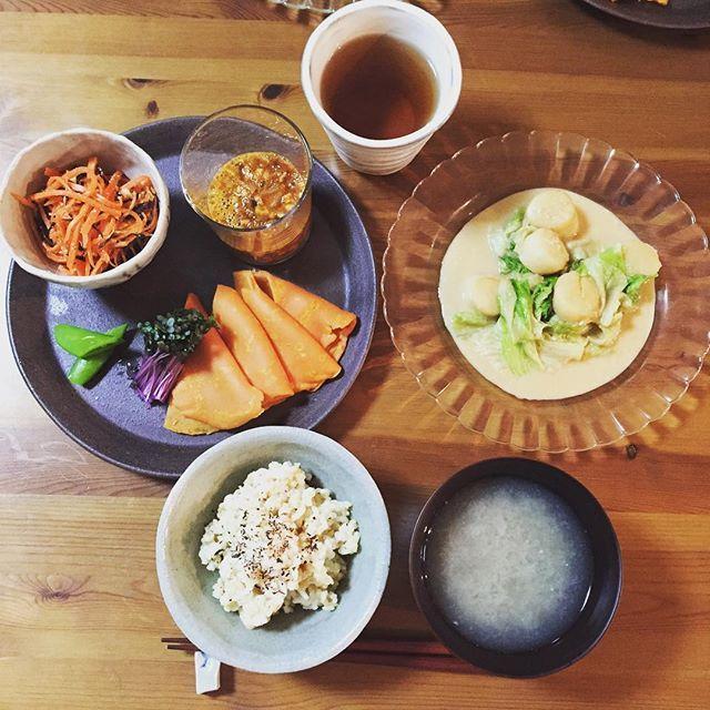 i_am_kyoko0811暇な休日の締めは夕食ですー。 今日は少し手こずった。  まだまだですね。  納豆はトマトのクレープに巻いていただきます。  ホタテは焼いて味付けするだけの料理といえない料理(笑)  今日も美味しいご飯に感謝です。  ※玄米ご飯 ※ほたてとレタスのごまマヨ炒め ※れんこんのすり流し ※ひじきとにんじんの胡麻酢サラダ ※真っ赤なベジキムチ野菜クレープ添え  #ダイエット中ですが何か  #これでもカロリー範囲内 #おうちごはん #夕ご飯 #ワンプレート #instafood  #washoku