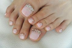 nail art facile: base rose pâle pailletée et strass