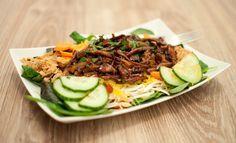Salade met hete kip; pittige ketjap kip in een knapperige salade. Handig om mee te nemen. Extra lekker met een beetje kroepoek.
