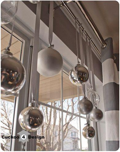 Decoração de Natal na janela para atrair o Papai Noel. opções criativas de decoração natalina pra vocês. A ideia é incrementar janelas com fitas, cordões, bolinhas, cartões de Natal, entre outros enfeites. Vejam que graça!