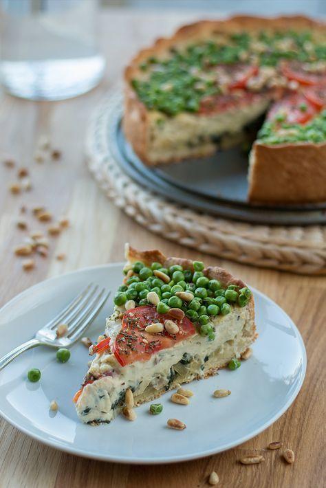 Quiche geht auch vegan - und wie! Knusprige Kruste und cremige Füllung, dazu ein Topping aus Erbsen, Tomaten und gerösteten Pinienkernen. Ein Gedicht! via @bevegt