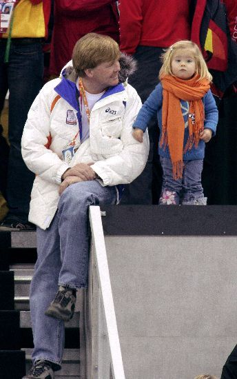 catharinaamalia: Willem-Alexander with Amalia (wearing a scarf way too big for her) cheering on the Dutch team