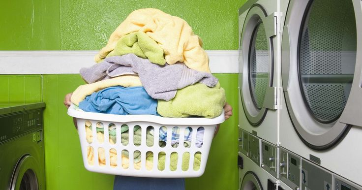 Como remover odores corporais de poliéster. Tecidos de poliéster tendem a armazenar odores corporais, mesmo após ser lavado à máquina. Se já lavou o poliéster, mas ele ainda tem um odor ruim, você terá que tomar algumas medidas adicionais. Quanto mais esperar para lavar a roupa, mais vai demorar para eliminar o cheiro. Lave as roupas de poliéster assim que puder, depois de usá-las.