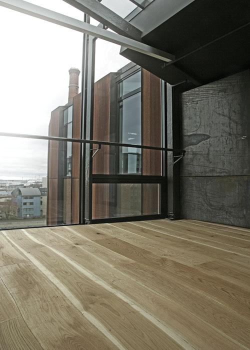 Der erste industrielle Holzboden der den kurven des Holzes folgt.... GREAT!!!!!!