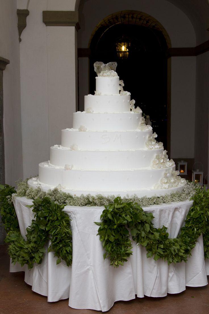 #Wedding #cake su un #naturale letto #verde. #Matrimoni a #CastellodegliAngeli #matrimonio #white #green #tavolo #tagliotorta #allestimento www.castellodegliangeli.com