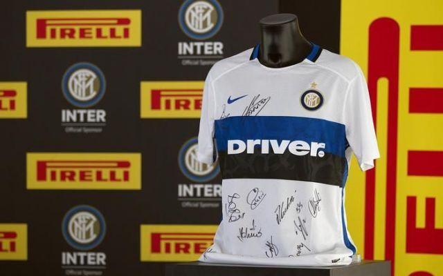 Inter 2016, ecco le maglie da trasferta L'Inter, nel ritiro estivo di Brunico in Alto Adige, presenta la maglia Nike per le gare in trasferta della nuova stagione, con una principale novita`: la scritta dello sponsor 'Driver', la rete inte #inter #campionatoseriea