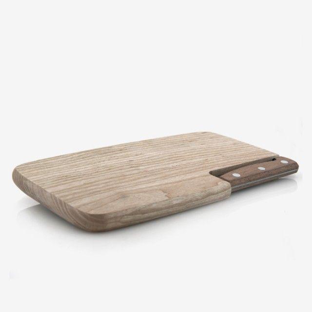 Frühstückbrett, Jausenbrett, Brotzeitbrett, Holzbrett... Begriffe gibt es viele für dieses praktische, massive Brett mit integriertem Messer. Feststeht: Dieses Brett gehört auf jede Wandertour. Das Messer ist aus rostfreiem Stahl. Brettchen und Messer werden im Stubaital in Tirol gefertigt. Bevor die Stubai-Messer die Produktionsstätte in Fulpmes verlassen, wird von Meisterhand der Handabzug vorgenommen. Dieses Finish ist Merkmal für die gewissenhafte Arbeit in den Schmiedewerkstätten von…