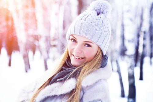 Hvordan tar du vare på håret ditt om vinteren?  Om vinteren er håret og hodebunnen utsatt for en rekke faktorer, hvorav de mest negative er: forkjølelser, temperatur svingninger, tørr inneluft og mangel på vitaminer. Dette forverrer hår og hudsykdommer - så håret krever spesiell omsorg om vinteren.DSD De Luxe anbefaler å bruke kvalitetsprodukter som stimulerer hår og hodebunn i vinter månedene.