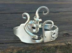 TRAGEN SIE EIN STÜCK GESCHICHTE AN IHREM HANDGELENK! Dieses einzigartige und atemberaubende Gabel Armband besteht aus einem Jahrgang/Antik versilbert Gabel. Die Gabelzinken haben vorsichtig gebogen, um eine von A Art Kunstwerk zu erstellen. Das Muster nennt sich Krönung und stammt aus dem Jahr 1936. DIESES ARMBAND IST KLEINE messen 6 Die Spange ist ein Silber versilbert, Hochleistungs-Magnetverschluss und ist leicht zu bekommen und ohne Hilfe... es praktisch springt auf Ihr Handgelenk...