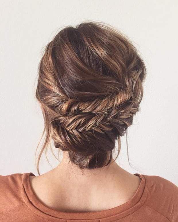 Chignon travailléSéparez vos cheveux en trois. Formez deux tresses épi assez larges sur les deux côtés, et un petit chignon bas avec les cheveux restants. Ramenez les deux tresses au dessus du chignon, sans trop serrer. Cela va créer du mouvement tout en subtilité.