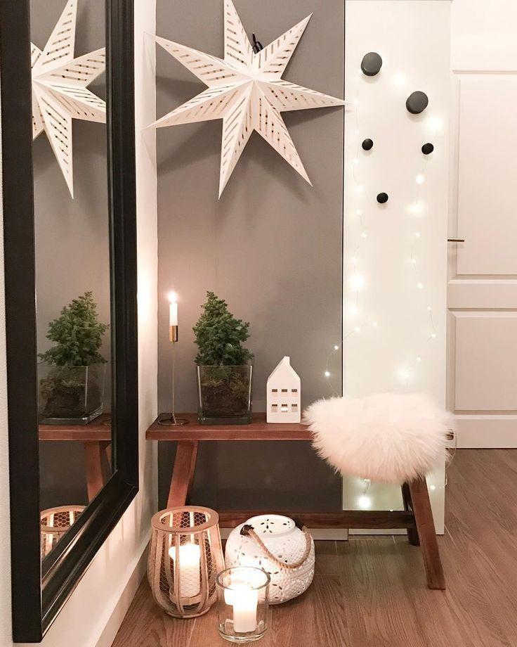Kerzenschein, eine stimmungsvolle Lichterkette, winterliche Accessoires und ein