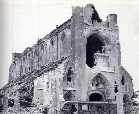 L'Abbaye d'Ardenne grâvement endommagée, elle fut l'ancien QG du SS-Standartenführer Kurt Meyer de la 12e SS-PzDiv Hitlerjugend, après le 6 juin. C'est ici que les SS vont exécuter des prisonniers canadiens d'une balle dans la tête. Après le départ des Allemands se sont les troupes canadiennes qui seront les premières à y pénétrer. Dans le jardin de l'enceinte de l'édifice un mémorial y été érigé pour rappeler cette exaction.