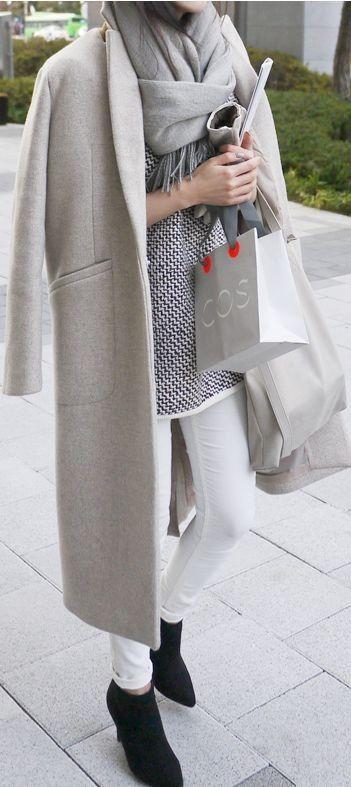 Frühjahr/Herbst - casual - weiße Skinny-Jeans, weiß-gemusterter Pulli, grauer Mantel, schwarze Boots #frhjahrherbst
