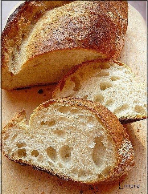 A z egyik boltban, ahol rendszeresen vásárolok, szoktam látni egy hasonlóan megformázott fehér kenyeret. Falusi kenyér névvel illetik, drá...