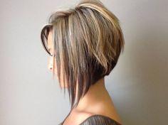 Cette jeune femme porte un joli carré plongeant légèrement dégradé à l'arrière et sur les côtés, pour donner encore plus de volume à la coiffure. On peut aussi remarquer une longue frange amincie sur son front. La coloration est composée de plusieurs tons de châtain, allant du plus pâle au plus foncé.