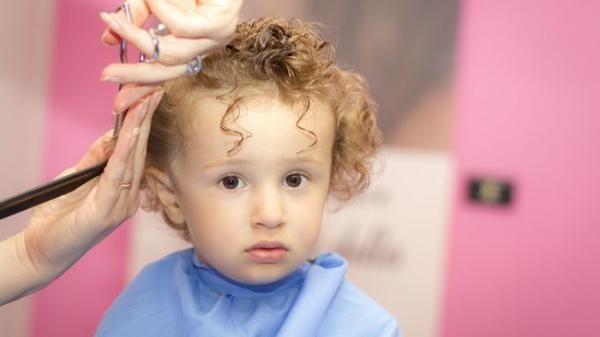 Cukur Rambut Bayi Supaya Jadi Makin Tebal, Mitos atau Fakta?