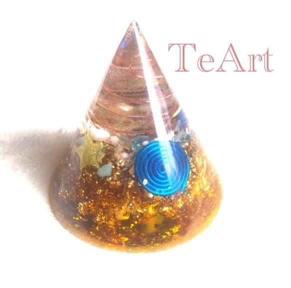 水晶と、金属をレジンに閉じこめた円錐型のオルゴナイトです。オルゴナイトとは、有機物と無機物でできており、マイナスイオンを発生させ、電磁波の軽減、空間の浄化に効...|ハンドメイド、手作り、手仕事品の通販・販売・購入ならCreema。
