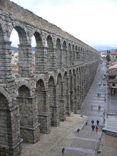 El Acueducto en Segovia es una de los más importantes y mejor conservadas en la Península Ibérica. Es un símbolo de la ciudad de Segovia y es un importante monumento arquitectónico en España y especialmente en Segovia.