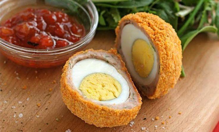 Los huevos a la escocesa son un perfecto platillo para un picnic, una fiesta o como canapés. Saben muy rico, son fáciles de hacer y no son muy caros. #Huevos_a_la_escocesa #recetas #platosinternacionales #huevos #escocesa #carne #cebolla