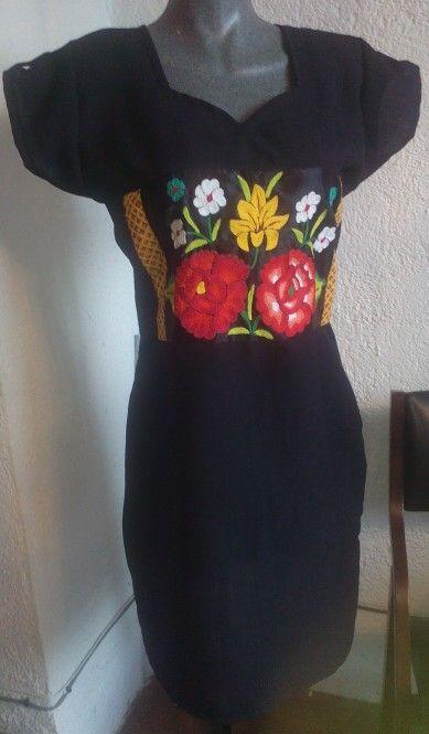 Vestido de lino con flores tejidas a mano con gancho.  DISPONIBLE para venta. Teléfono 9512328987