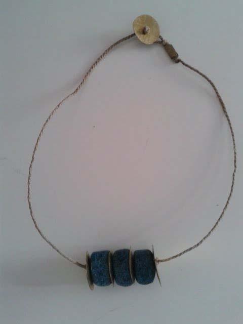 Collaret fet amb peces de pasta egípcia de color turquesa, peces de coure picat i fil de cordill