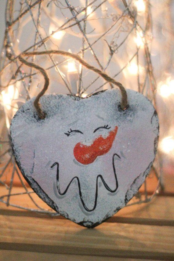 Deze mini leisteen beschikt over een schattige lachende sneeuwpop. Een perfecte aanvulling op uw vakantie decor. Deze leisteen kan worden gebruikt als een deur hanger, wand decor of tree ornament!  100% hand geschilderd en besproeid met een acryl sealer.
