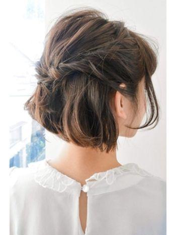 サイドの髪をくるくるとねじって留めるだけでも◎留めたあとは髪を少し引き出して、ラフさを出しましょう。こうするだけで軽やかさのあるヘアスタイルに。