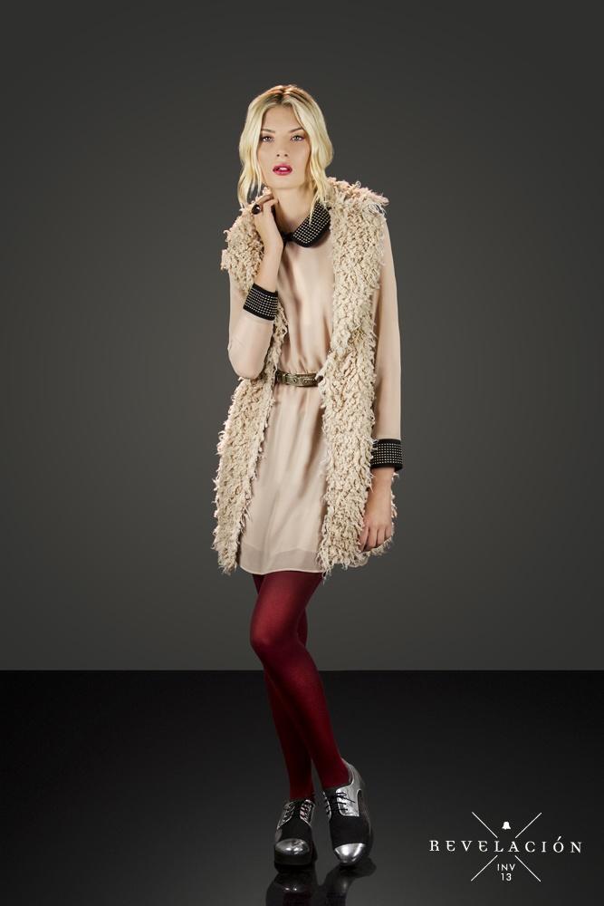 ☓ Revelación ☓ Invierno 13    Vestido de gasa con tachitas DRBELL26  Chaleco de piel CHBELL02  Zapato de paño con puntera ZBELL24
