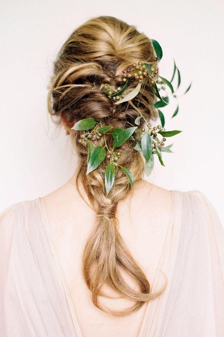 couronne de fleurs et feuilles vertes et tresse bohème décoiffée