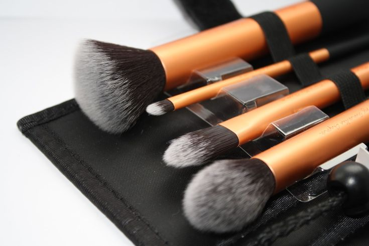 Real Techniques Core Collection by Samantha Chapman $18 -$5 iHerb coupon OWI469 http://www.iherb.com/real-techniques-by-samantha-chapman-your-base-flawless-core-collection-4-brushes-case/41367?rcode=owi469  Create a perfect canvas with this collection of coverage essentials...Real Techniques by Samantha Chapman, Your Base/Flawless, Core Collection #realtechniques #Samanthachapman #makeup #brushes #core #review #starter #real #techniques #samantha #chapman #realtechniquesbrushes