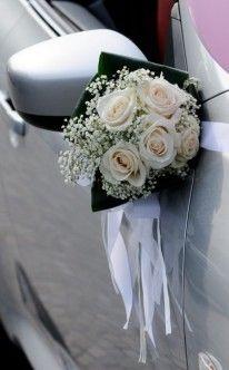 Egal ob Cabrio, Oldtimer oder Kutsche - dem Fahrzeug kommt auf der Hochzeit eine besondere Rolle zu. da darf ein toller Blumenschmuck nicht fehlen.