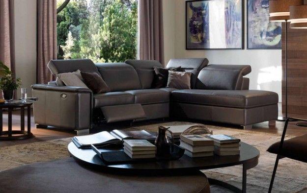 Divano dalle tinte scure - I divani relax sono la soluzione ideale per chi ama rilassarsi sul divano dopo una lunga giornata trascorsa fuori casa. Questi particolari modelli di divani sono dotati di meccanismi che garantiscono il massimo del comfort in varie posizioni. Poggiatesta reclinabili, poggiapiedi regolabili, sedute ergonomiche, vi sembrerà di essere cullati dalle onde del mare. Sul mercato troverete tanti modelli dai prezzi competitivi per arredare il vostro salotto. Design moderno…