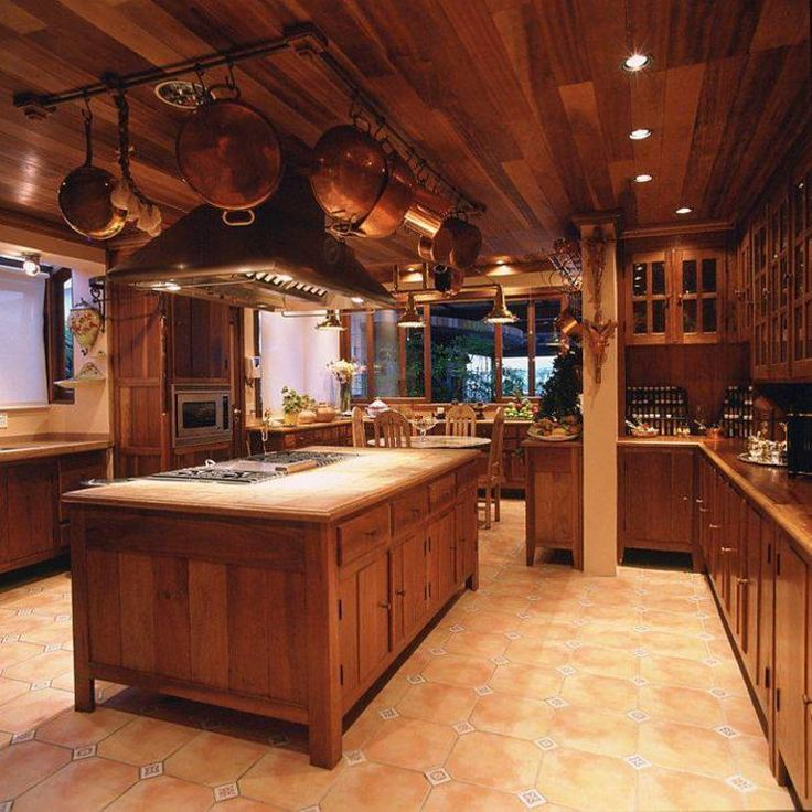 Rustic wooden kitchen by Cristina Amaral Arquitetura e Interiores. If you are keen to see some breathtaking cottages, read the article! #woodeninterior #homify