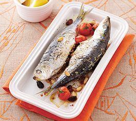【イワシのオーブン焼き シチリア風】イタリアではパン粉とオリーブオイルを混ぜ、詰めものにするお料理がポピュラーです。松の実、レーズン、フェンネルを加えればシチリアの味に。  http://lecreuset.jp/community/recipe/sardines-oven-grilling/