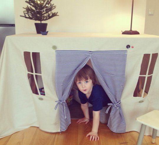 テーブルの下がひみつの遊び場所に。子供ってこういうの好きそう。/【かわいい】テーブルクロスに窓と扉をつけたら、お家になっちゃった!! http://bit.ly/1ufzRvj pic.twitter.com/kIRxBhv433