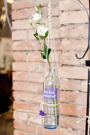 DIY Blumenampel aus der 1l Vöslauer Glasflasche