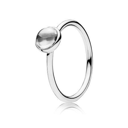 Este elegante design de anel que apresenta uma zircônia cúbica em lapidação buff top reflete a pureza de uma gota de água. Seu design claro e atemporal torna-o um acréscimo revigorante a qualquer conjunto de anéis.