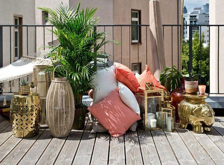 Dalani sul terrazzo di jenny knäble arredato in stile boho chic piante candele tavolini cuscini legno