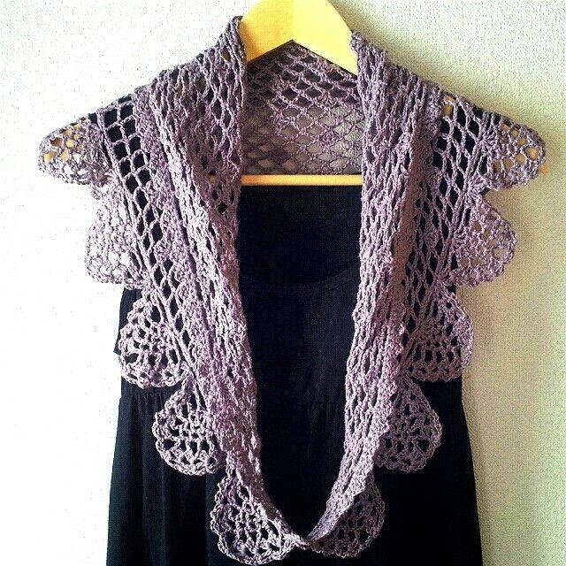 ご覧頂きありがとうございます(*^^*)   一針一針丁寧に編んだ手編み作品です☆  三角ショールを輪に編んだ珍しい形です。  輪に編んだので、 羽織っていてもはだける事がありません☆   縁にはパイナップル模様をたくさん編み込みました。  羽織って頂くと、パイナップル模様がヒラヒラと 揺れて とても華やかになりますよ。   肩に羽織るのはもちろん、 襟を折ってつけ襟風にしたり、 二重に巻いて紫外線対策に、 色々とお楽しみ頂けます。  色はさわやかな紫、素材は麻55%綿45% 麻が入っているので汗をかいてもべたつきません。   布のショールと違ってしわになりにくいので、  小さく丸めて持ち運ぶ事が出来ます。   丈夫な糸でしっかりと編んでおりますので、  ネットに入れて頂ければ洗濯機で洗うことが出来ます。   サイズは平置きで幅104㎝縦48㎝です。   お客様のお気に入りにして頂けますように……☆