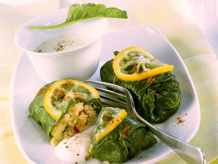 Sicherlich ein Hingucker: Gefüllte Mangoldpäckchen mit Joghurt-Dip | Kalorien: 199 Kcal - Zeit: 45 Min. | http://eatsmarter.de/rezepte/gefuellte-mangoldpaeckchen-mit-joghurt-dip
